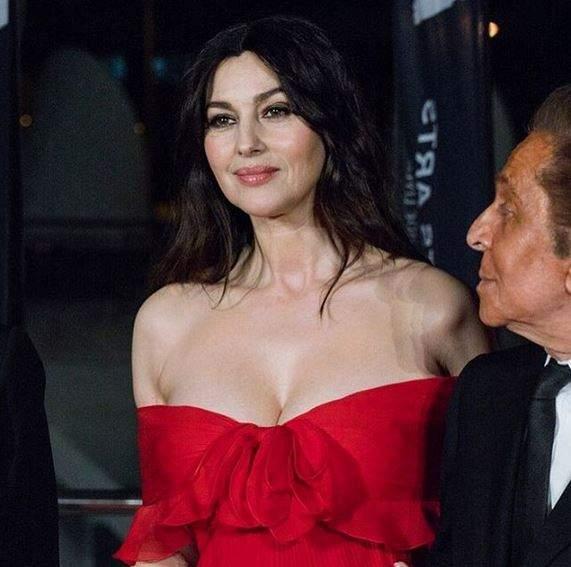 Моника Белуччи появилась в опере с шикарным декольте
