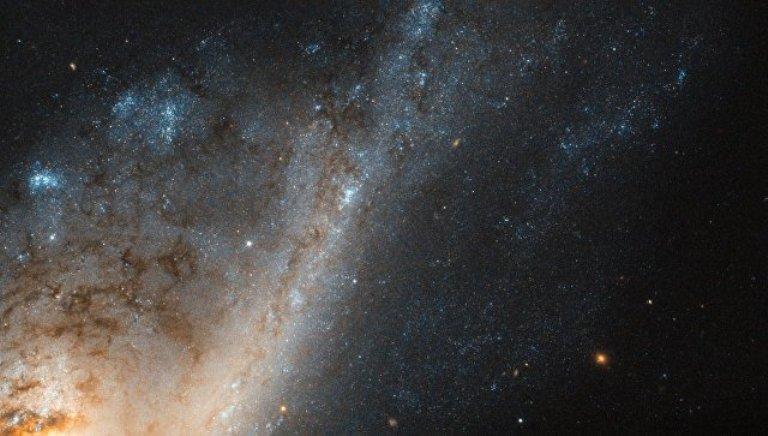 Галактика-«самоубийца» угодила на фотографии телескопа «Хаббл»