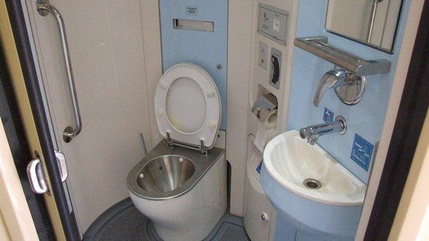 «Укрзализныця» взялась менять туалеты впоездах— млн. заунитаз