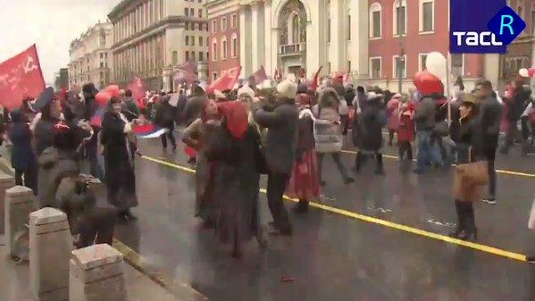 Соцсети шокироваловидео с «карнавала» «Бессмертный полк» в Москве