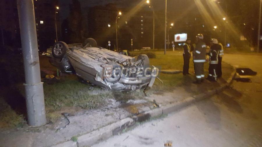 ДТП в Киеве: на Оболони перевернулась BMW, есть пострадавший