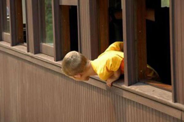 Ребенок пытался спуститься с балкона четвертого этажа по электропроводу
