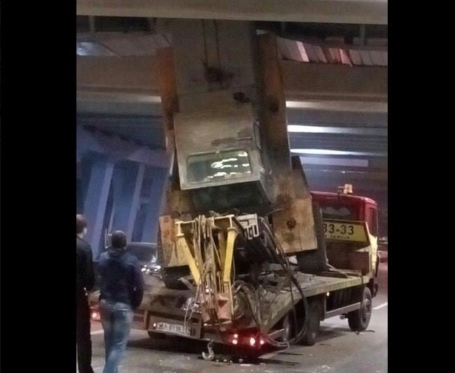 В результате ДТП в Киеве повреждена эстакада метрополитена