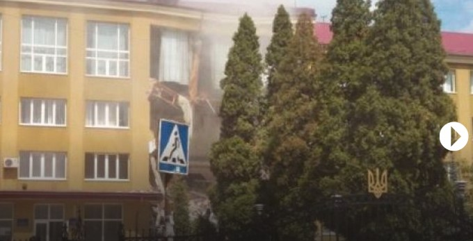 Опубликовано видео, как в коломыйском колледже обрушилась стена