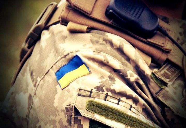 Украинские военные привязали пьяных офицеров к столбу позора