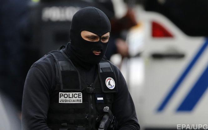 На Елисейских полях вооруженный водитель протаранил фургон жандармов