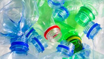 Повторно использовать пластиковые бутылки опасно