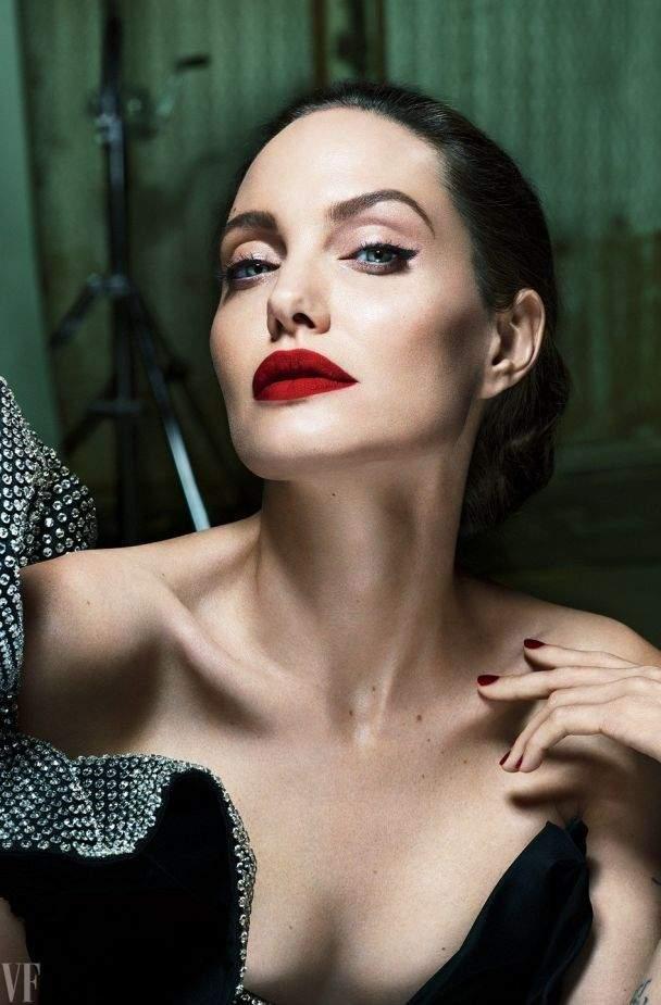 Анджелина Джоли удивила образом женщины-вамп