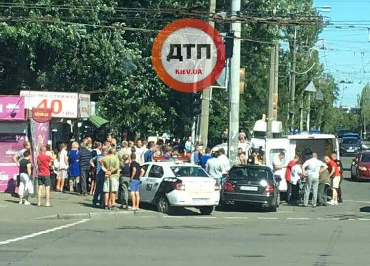 ДТП в Киеве: автомобиль влетел в толпу людей
