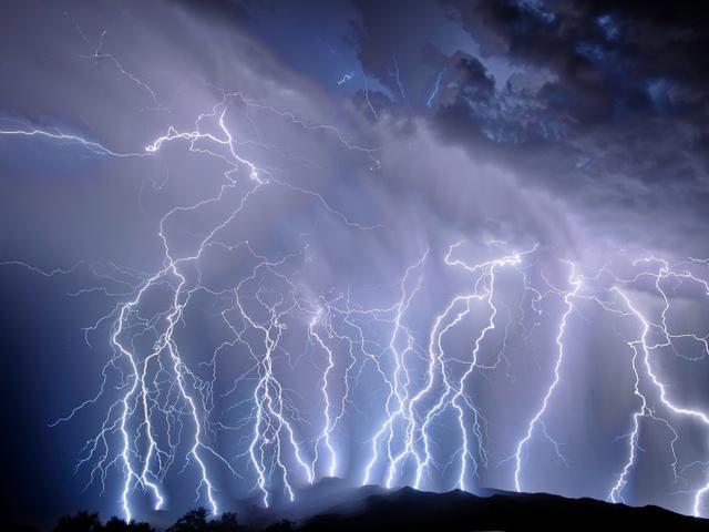 Молния убила трех человек во время работ на поле в Черкасской области