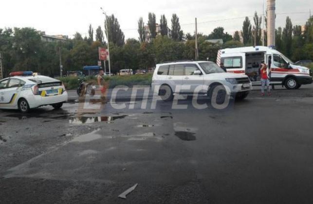 В Киеве автомобиль сбил мотоцикл