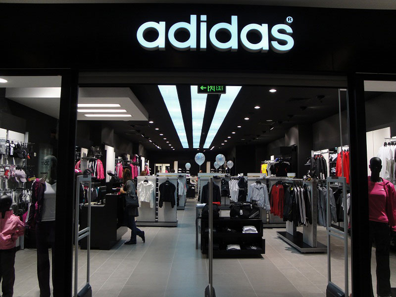 Adidas массово закрывает магазины в России из-за санкций