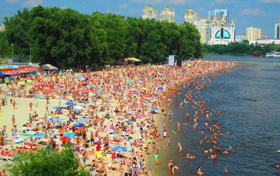 На двух киевских пляжах разрешили купаться