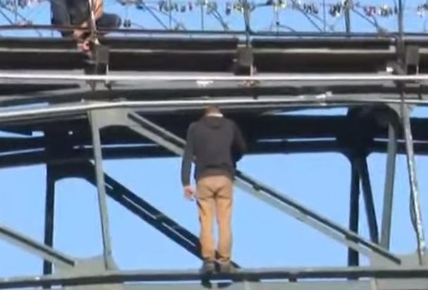 Мужчина передумал прыгать с моста в Киеве