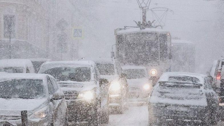 Завтра в Украину сильный ветер принесет дожди и метели
