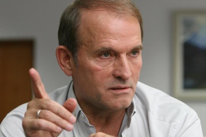На журналистов напали в Жулянах во время съемки прилета Медведчука