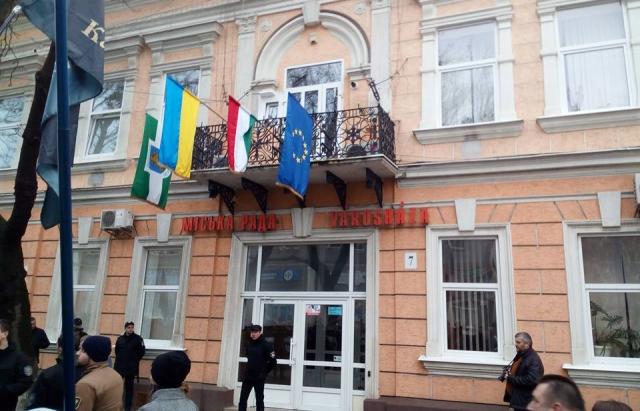 Будапешт требует расследования инцидента с флагом в Берегово