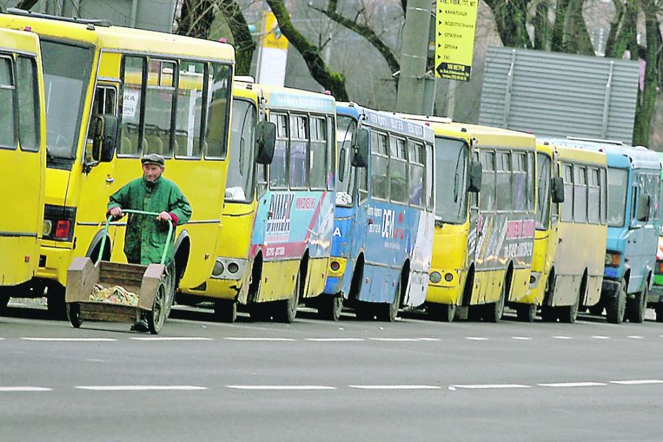 Перелом таза и пробитое легкое: в Киеве маршрутка придавила женщину к троллейбусу
