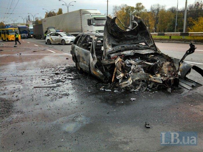 В Киеве из-за лопнувшего колеса Mercedes AMG врезался в остановку и загорелся