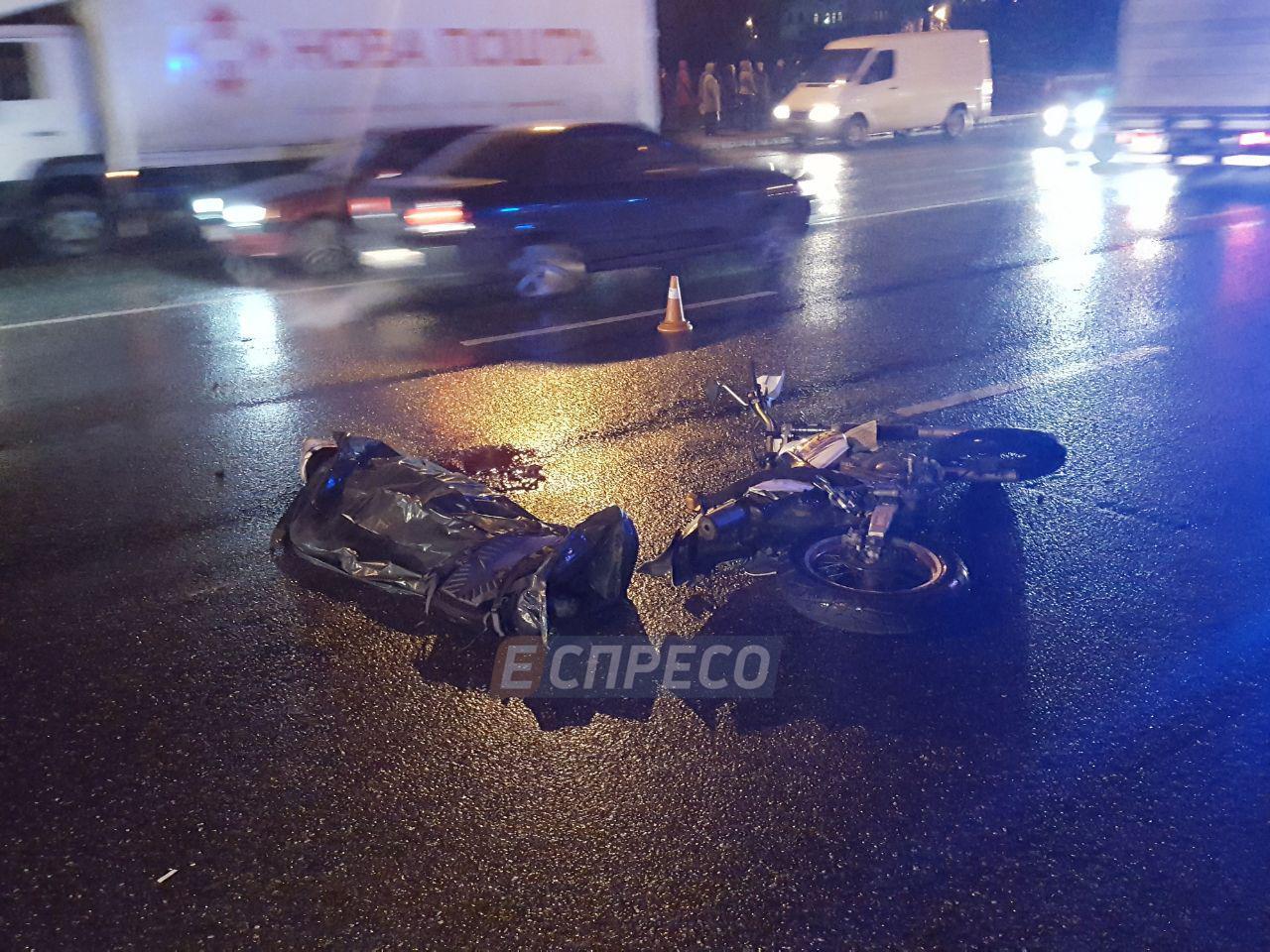 В Киеве КамАЗ переехал мотоциклиста