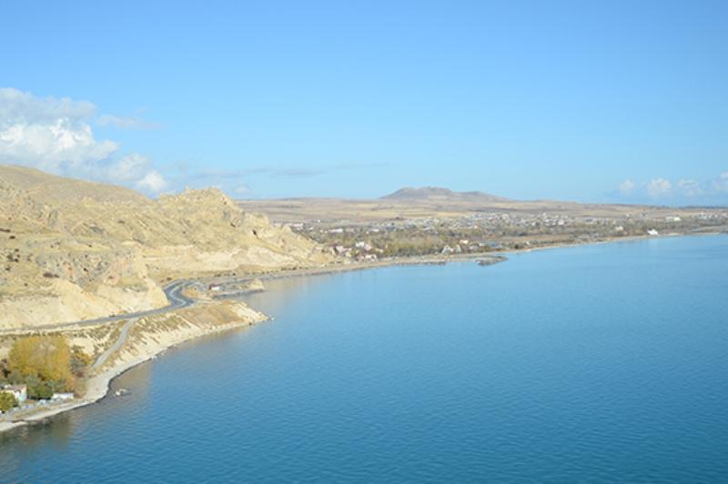 В Турции на дне озера нашли руины крепости, построенной 3000 лет назад
