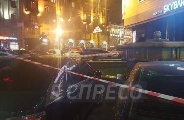 В центре Киева неизвестный бросил дымовую шашку