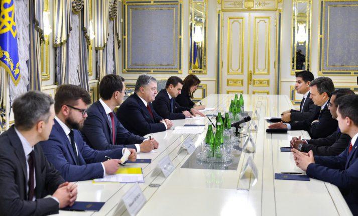 Порошенко обсудил модернизацию Укрзализныци с представителем General Electric