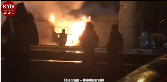 В Киеве рядом с автостанцией «Выдубычи» горят МАФы