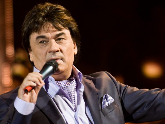 Жена известного певца обвиняет его в избиении