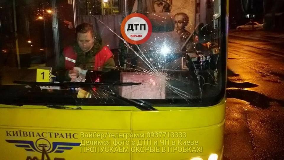В Киеве маршрутка сбила женщину на пешеходном переходе