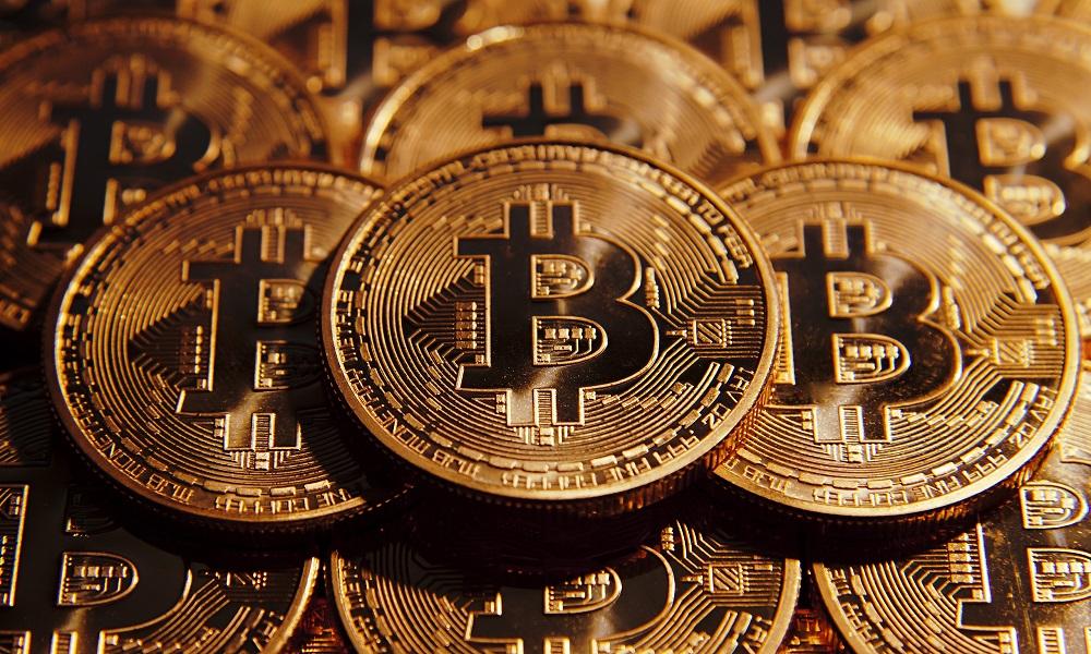 Биткоин стремительно падает: за месяц котировки криптовалюты просели более чем на 30%