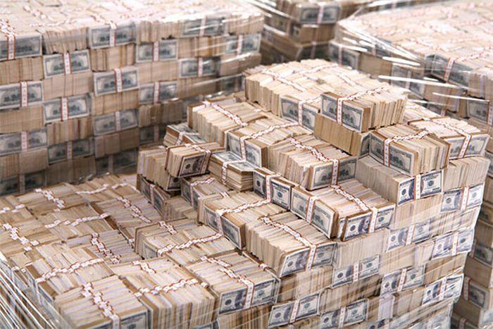 Украинцы массово скупают доллары: в Борисполь каждый день завозят по самолету кэша