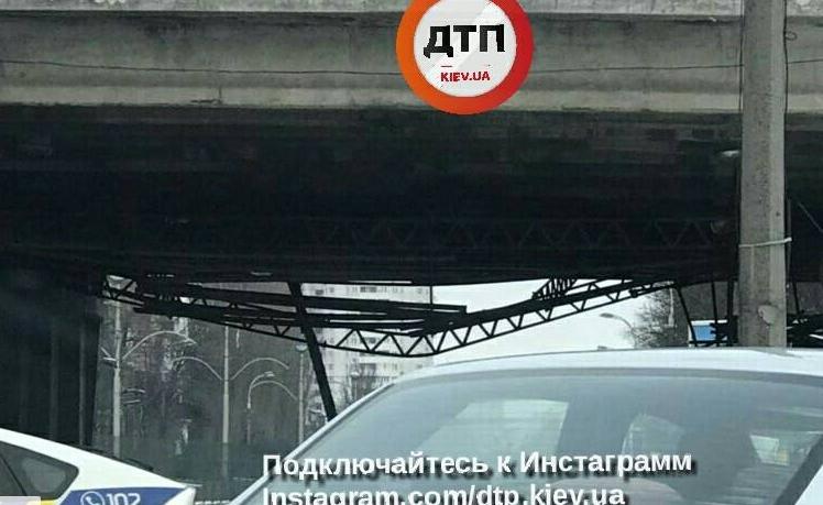 В Киеве частично обвалился путепровод