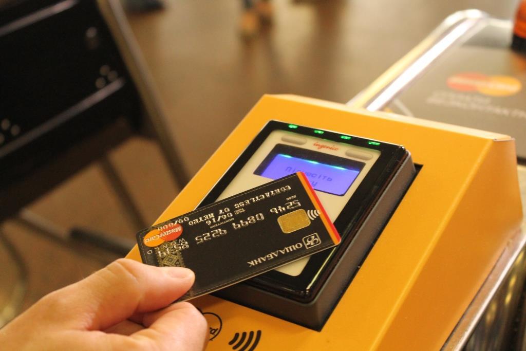 В метро Киеве установят дополнительные терминалы для оплаты проезда банковскими картами