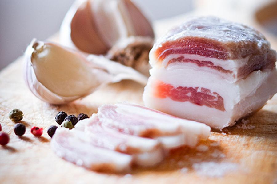 Дефицит сала в Украине уравнял его в цене с мясом
