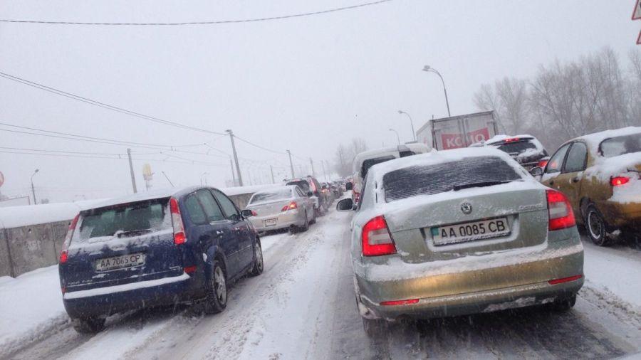 На въезде в Киев километровая пробка из-за непогоды