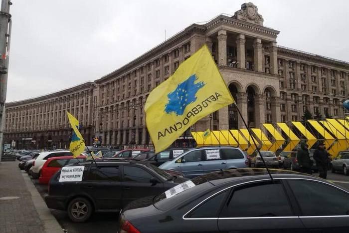 На Крещатике идет акция протеста «евробляхеров»