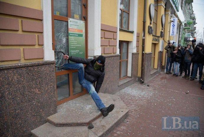 Националист застрял в двери во время погрома Сбербанка России