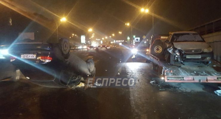 В Киеве авто врезалось в эвакуатор и перевернулось