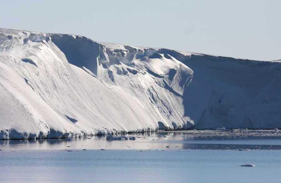 Тающие ледники предложили окружить подводной стеной