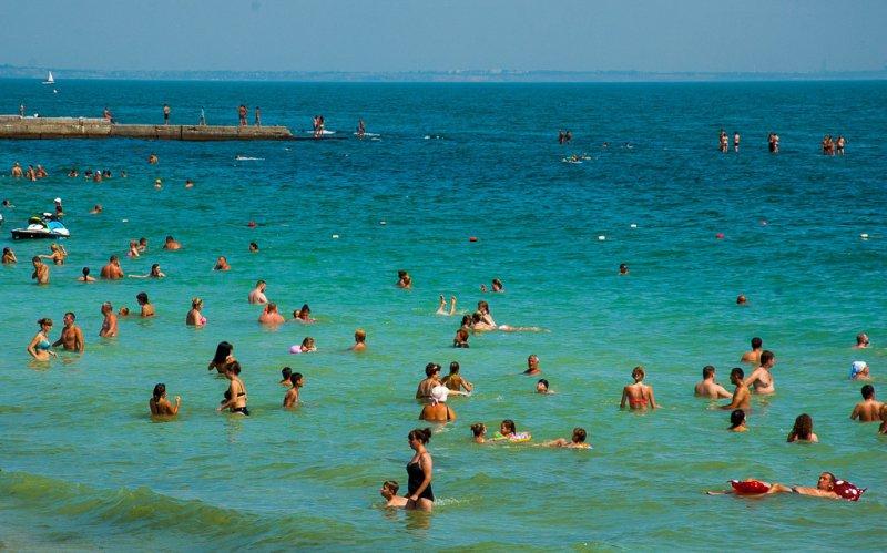 Ученые рассказали, почему купание в море опасно для здоровья