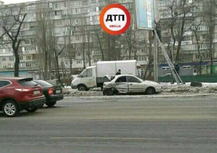 В Киеве неадекватный водитель спровоцировал ДТП с бетоновозом и несколькими легковушками