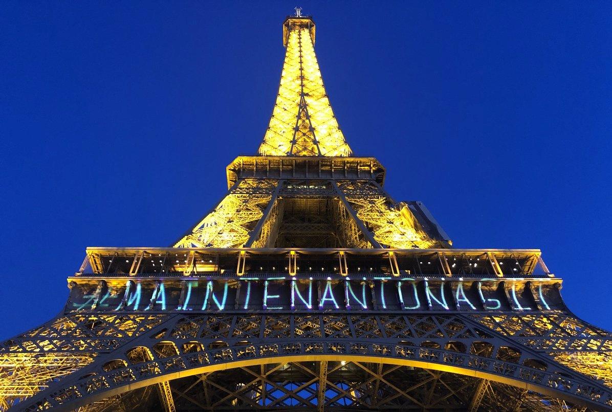 На Эйфелевой башне разместили иллюминацию за права женщин