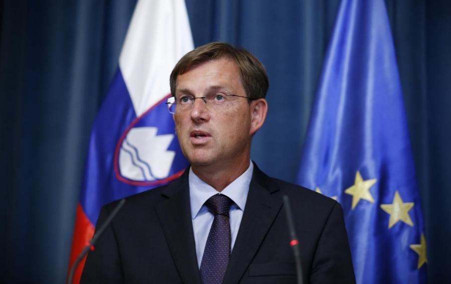 Премьер Словении подал в отставку за три месяца до выборов