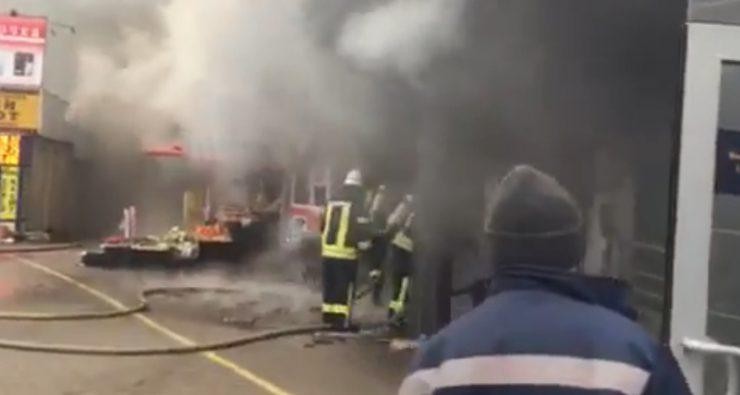Спасатели ликвидировали пожар возле входа в метро «Левобережная» в Киеве