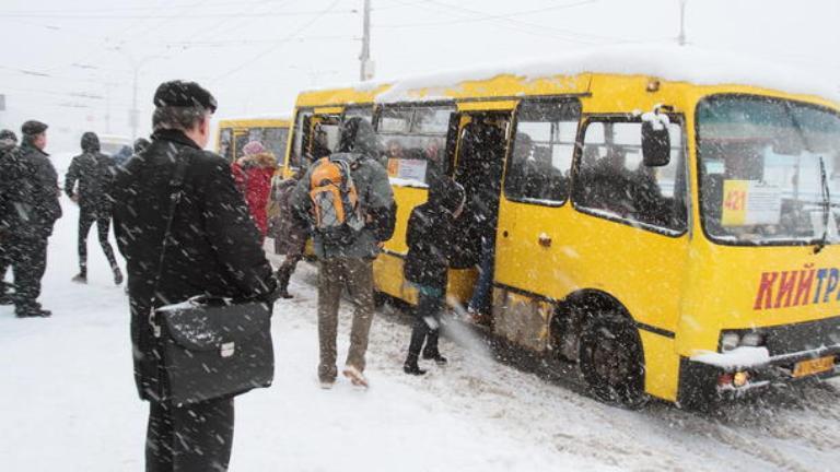 В Киеве транспорт курсирует с отклонением от графика