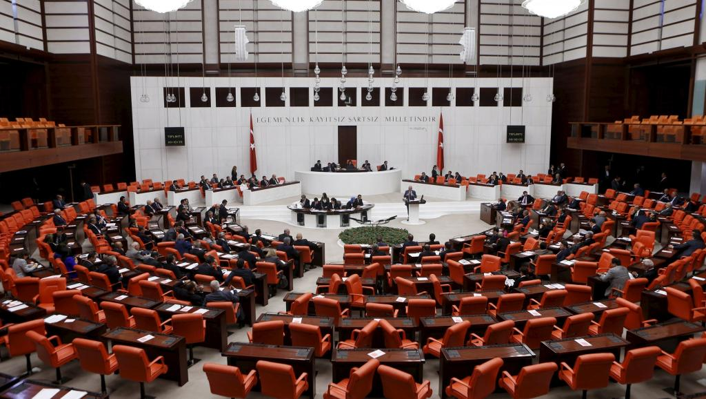 Парламент Турции принял спорный закон о выборах