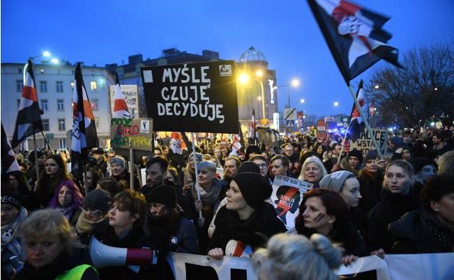 В Польше проходят многотысячные акции против ужесточения закона об абортах