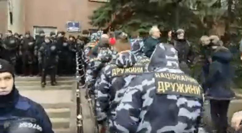 В Николаеве активисты прорвали первый кордон силовиков возле облсовета