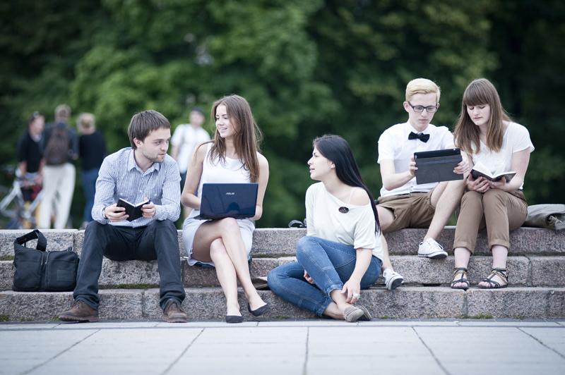 МОН представил новые программы для старшеклассников: что будут учить